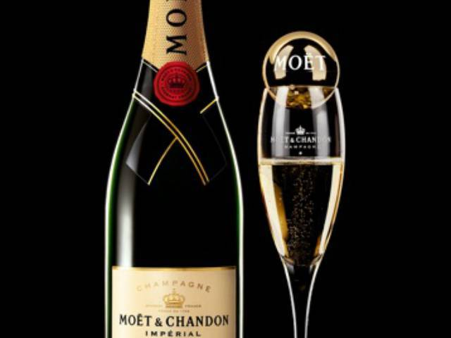 Each flute is topped with a gilded Moët Bubble